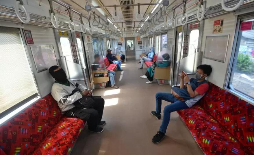 Penumpang duduk di dalam gerbong kereta rel listrik (KRL) Commuterline di Bojonggede, Kabupaten Bogor, Jawa Barat, Sabtu (21/3/2020). ANTARA FOTO/Aditya Pradana Putra/hp.