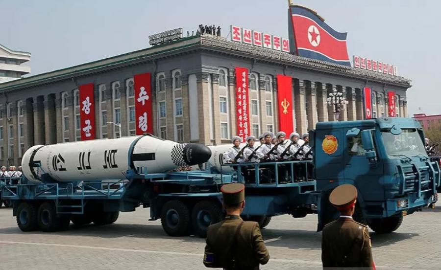 Kendaraan militer Korut membawa rudal Pukkuksong selama parade militer di Pyongyang, Korea Utara. REUTERS / Sue-Lin Wong / File Foto/pri.