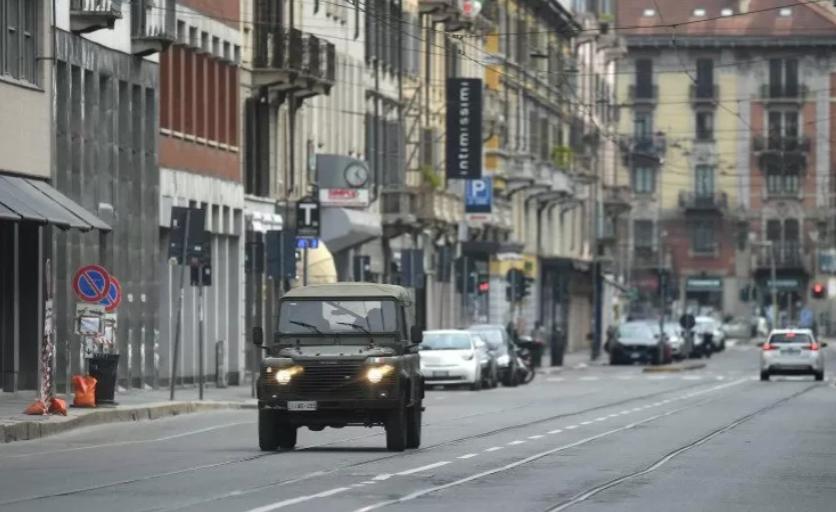 Sebuah kendaraan militer Italia berpatroli selama lockdown . ANTARA/REUTERS/Daniele Mascolo/pri.