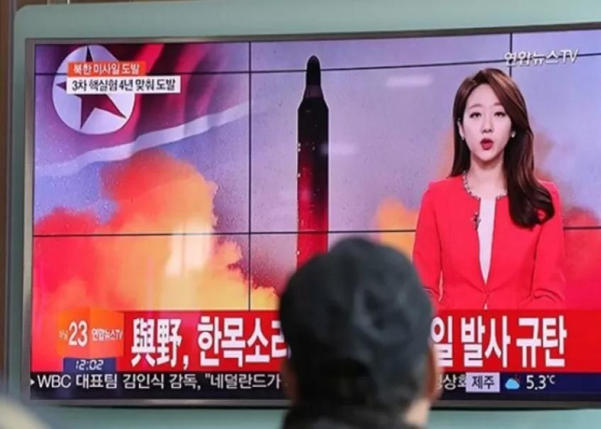 Seorang warga menyaksikan siaran berita TV mengenai peluncuran rudal Korut, di Stasiun KA Seoul Korsel, Minggu. (AP/sunstar.com.ph)
