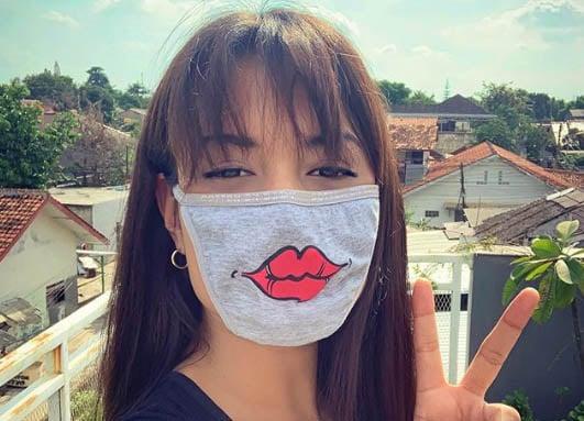Ya Ampun, Si Cantik Ini Pakai Masker dari Celana Dalam