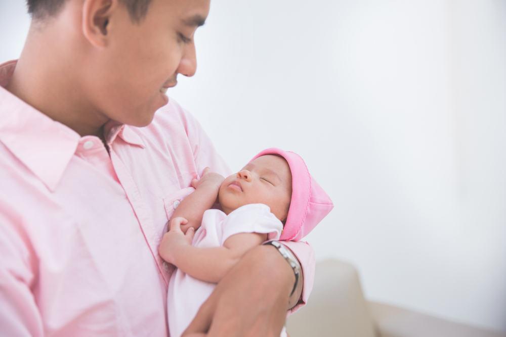Tips Menjalin Ikatan Batin Ayah dan Bayi