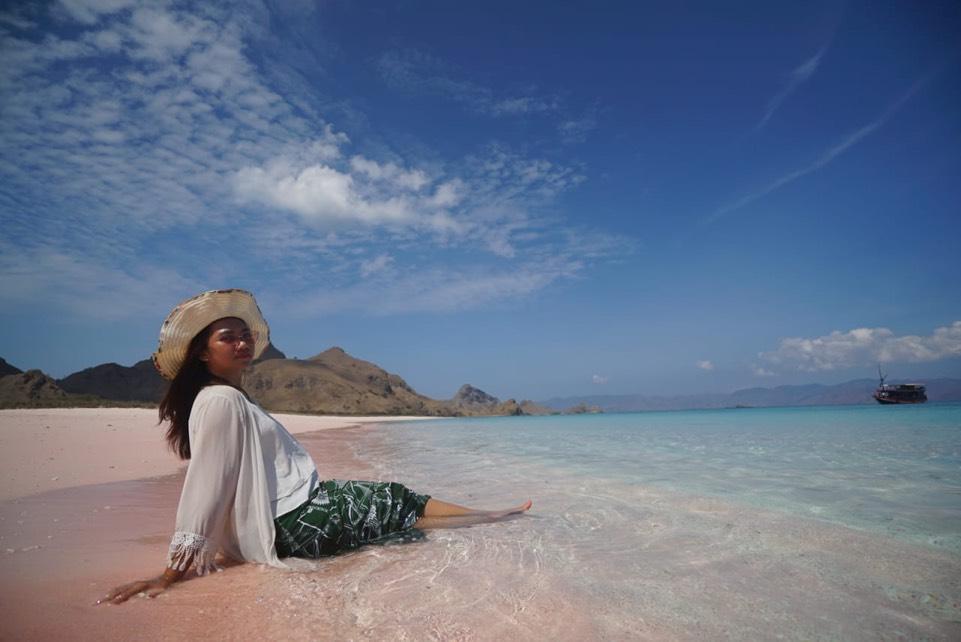 Rindu Liburan, Menyisisr Indahnya Hamparan Pasir Merah Muda Flores. Foto: Annissa Nur Jannah/GenPI.co