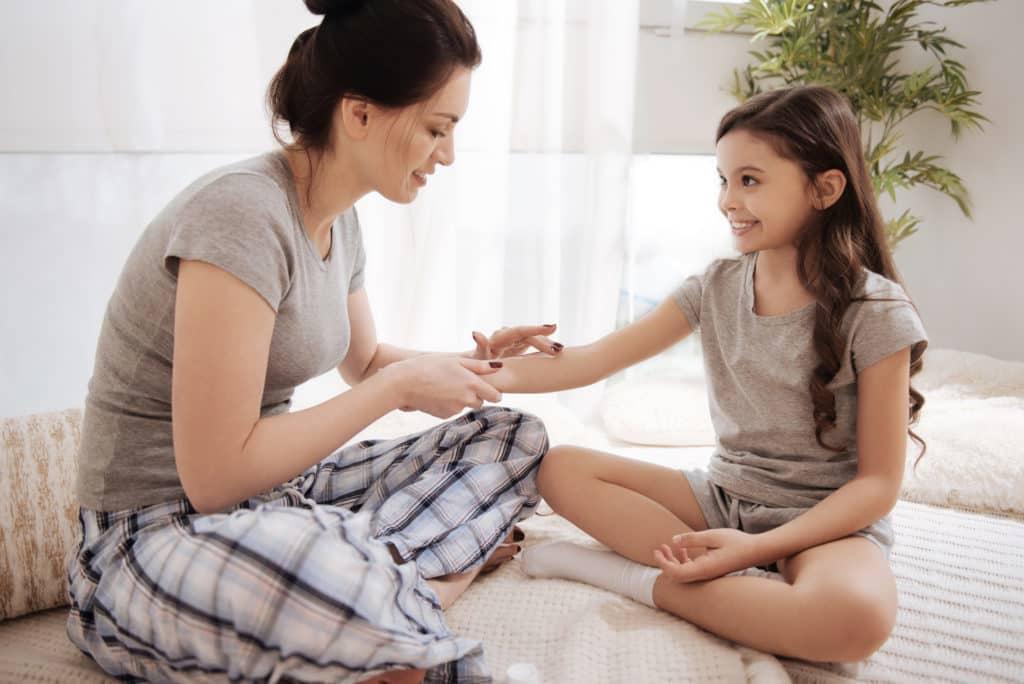 Ilustrasi mengoleskan balsem pada anak. Foto: Shutterstock