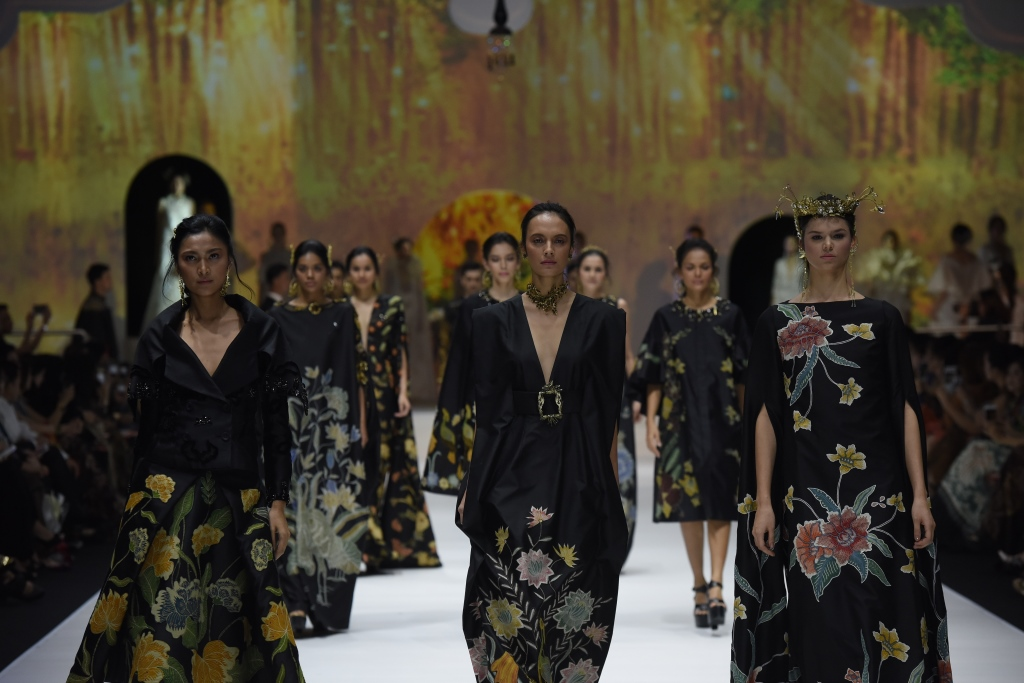 Batik mendunia berkat tangan dingin desainer berbakat. Foto: Batik for the world