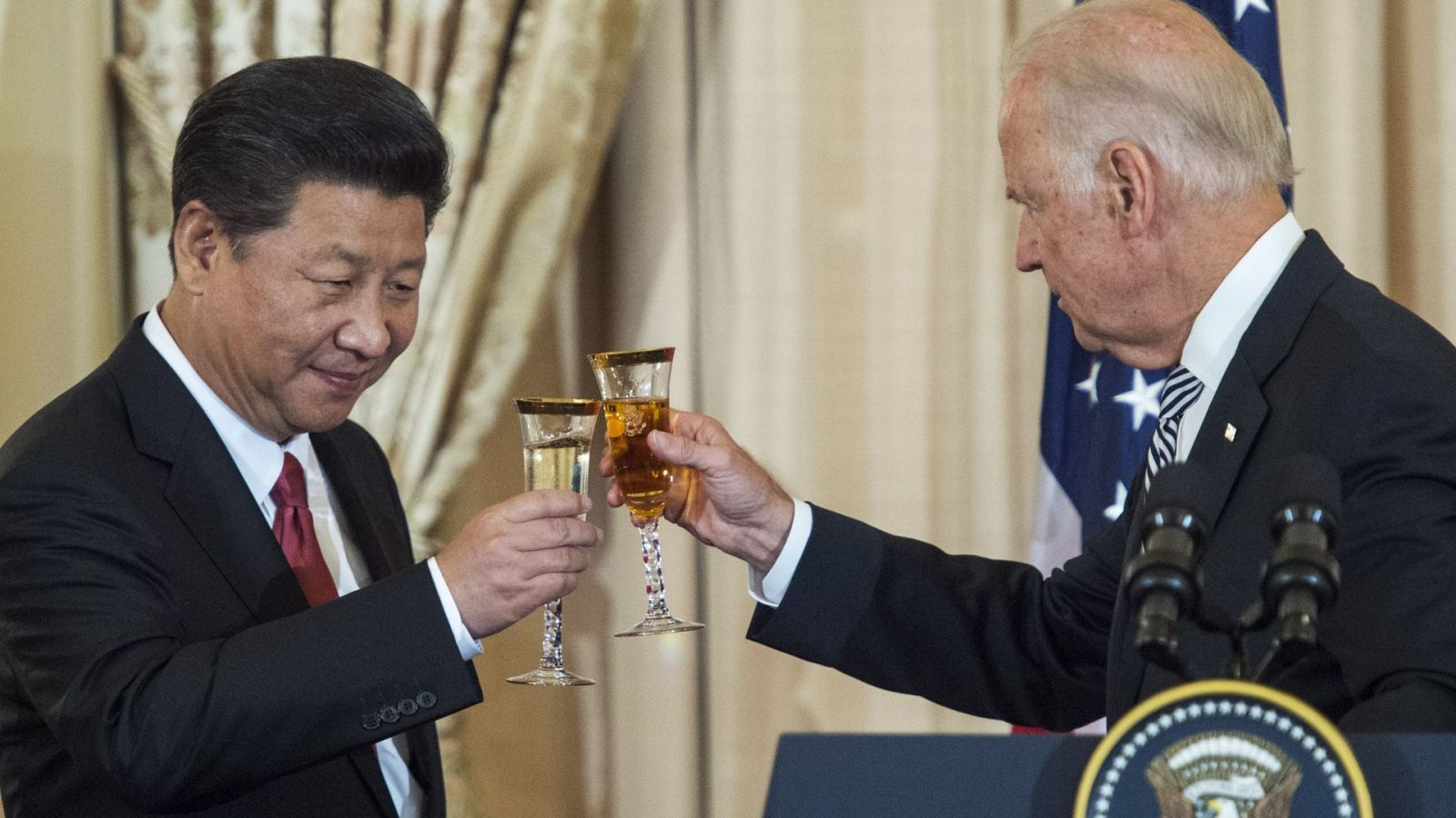Xi Jinping (kiri) dan Joe Biden. Foto: Paul J. Richards/AFP