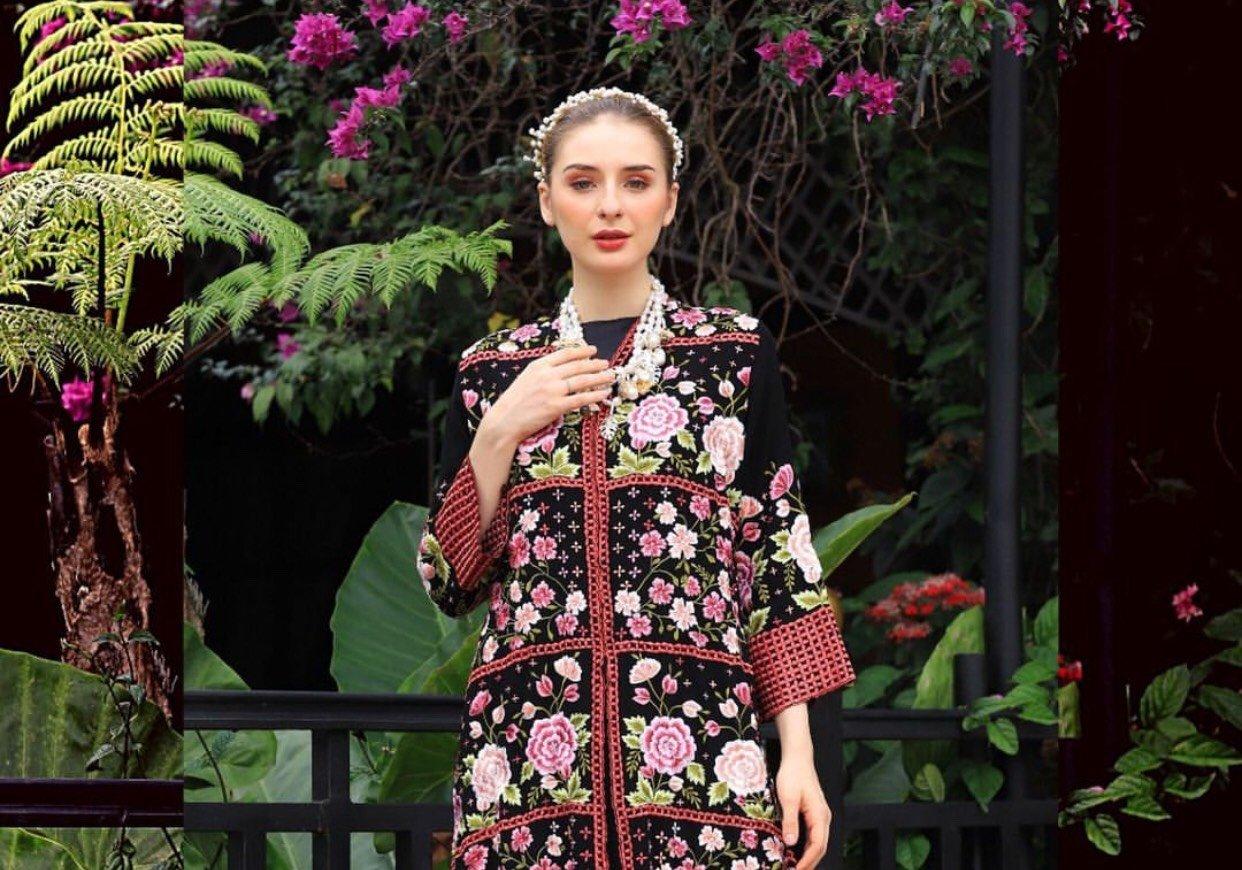 Koleksi Roemah Kebaya Vielga tampilkan bordir bunga Indonesia di MBFW Rusia yang diselenggarakan secara virtual.
