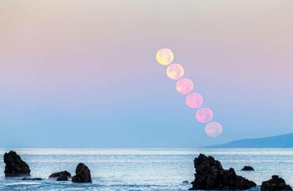 Strawberry Moon secara bertahap berada di belakang pulau La Gomera di Kepulauan Canary Spanyol (Foto: Alamy Live News)
