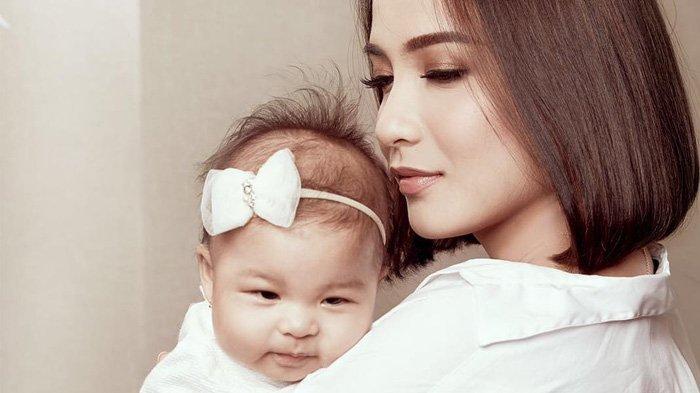 Chelsea Olivia sedang menggendong anaknya. Foto: IG @chelseaolivia