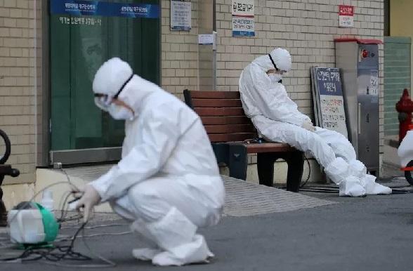 Seorang staf medis beristirahat di luar sebuah rumah sakit, Minggu (23/2). (ANTARA/REUTERS/Stringer/pri.)