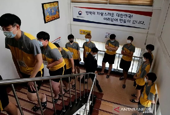 Sejumlah pemuda peserta wajib militer menggunakan masker untuk menghindari bahaya virus corona saat mengikuti ujian menjadi pelayan nasional di Seoul (3/2). (ANTARA/REUTERS/Heo Ran/aa.)