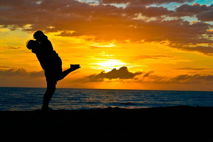 Kan Aku Ingat Betul Sentuhanmu di Pantai Tak Bertuan Itu. Foto: Pinterest