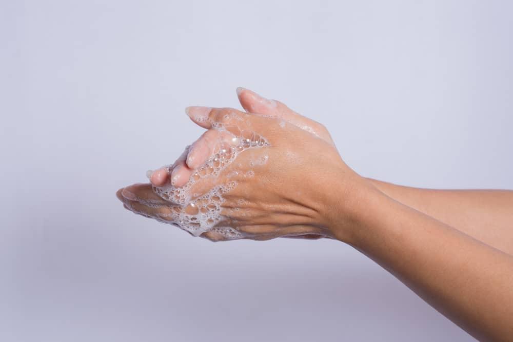 3 Fungsi Antiseptik Cair Selain Dipakai untuk Cuci Tangan. Foto: Hellosehat