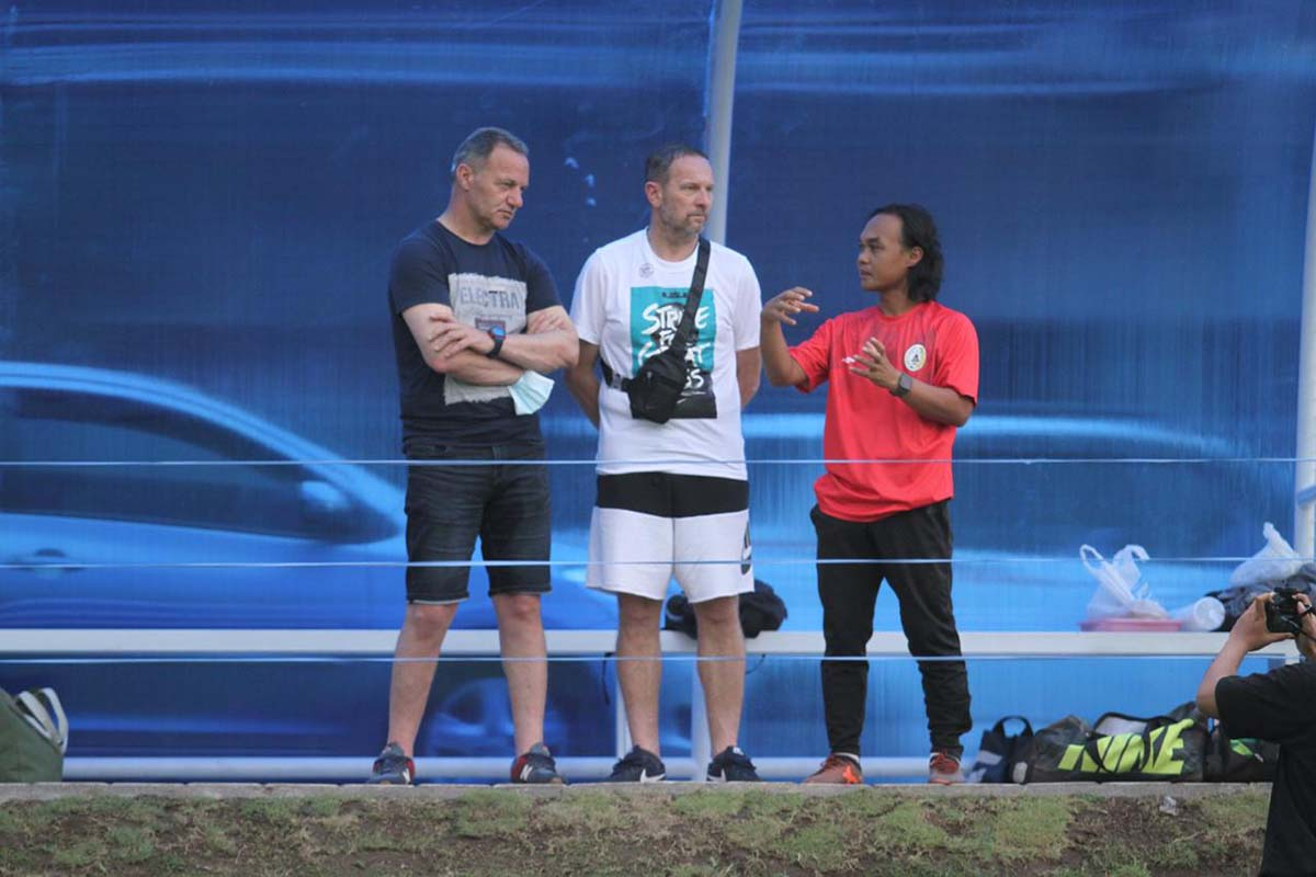 Pelatih Kepala PSS Sleman Dejan Antonic (tengah).(FOTO: Media Officer PSS Sleman)
