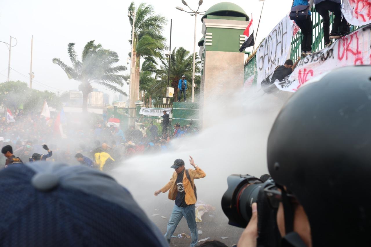 Demonstrasi menolak pengesahan RUU KUHP dan revisi UU KPK di depan Gedung DPR, Jakarta, Selasa (24/9/2019). Foto: Andi Ristanto/GenPI.co