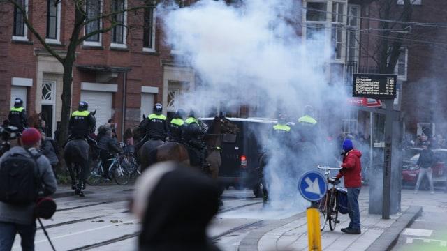 Demonstrasi tolak lockdown di Belanda. Foto: REUTERS