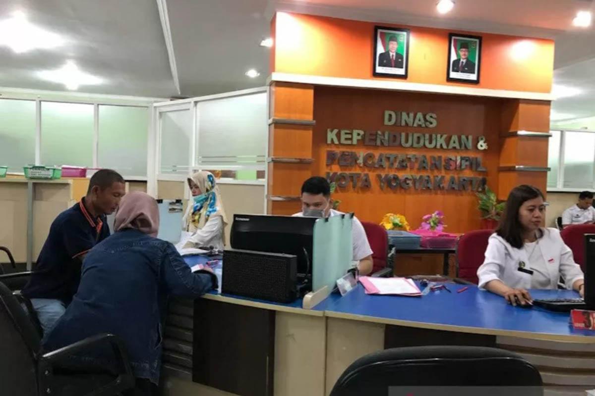 Dokumentasi petugas siaga memberi layanan administrasi kependudukan di Kantor Dindukcapil Kota Yogyakarta. (Foto: Antara)