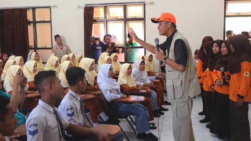 Ganjar Pranowo ikut dalam sosialisasi mitigasi bencana di SMKN 1 Ambal., Kebumen (foto: Anton)
