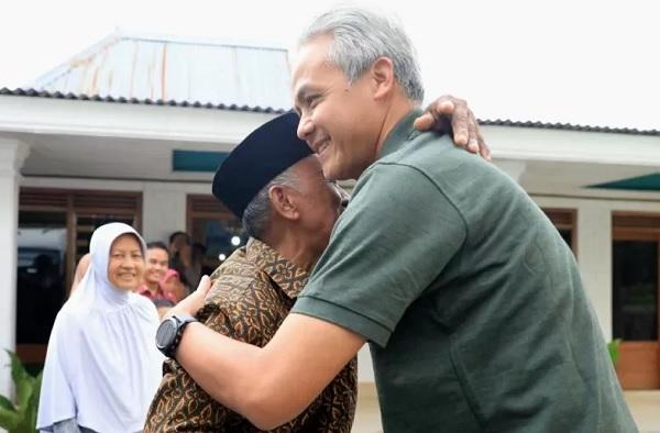 Gubernur Jawa Tengah Ganjar Pranowo bersilaturahmi dengan salah seorang guru SD yang pernah mengajarnya di kelas 2 dan 3. (ANTARA/HO-dokumen Humas Pemprov Jateng)