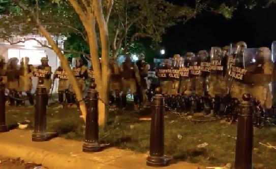 Unjuk Rasa Berakhir Rusuh di depan Gedung Putih, 60 Petugas dan Secret Service Terluka, (Foto: Twitter@AdamParkhomenko)