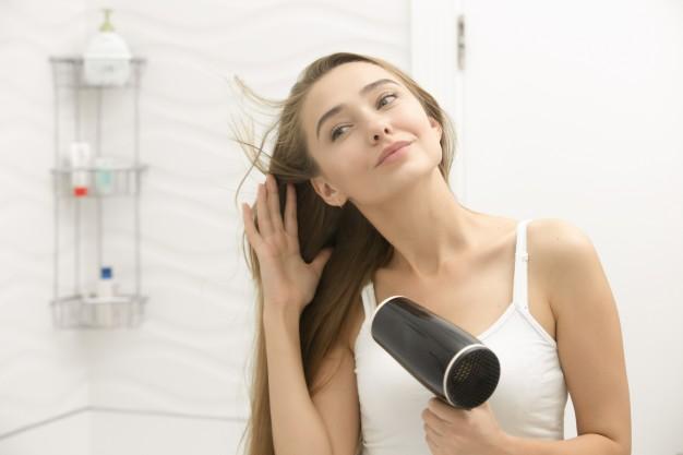 Rambut Bisa Rapuh, Hindari 4 Kesalahan Saat Menggunakan Hairdryer. Foto: Yanalya/Freepik