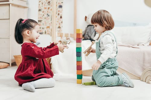 Bunda, Ini 4 Tips Mengajari Anak Berbagi dengan Orang Laiin