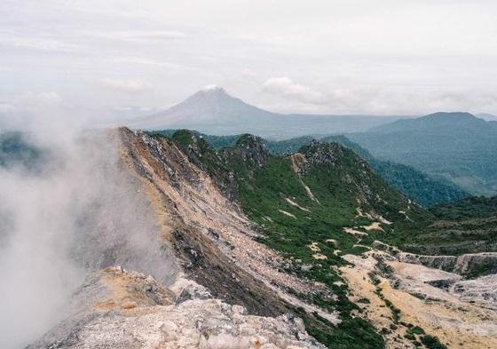 Kibarkan Merah Putih, Inilah 4 Gunung Paling Ekstrem Di Indonesia