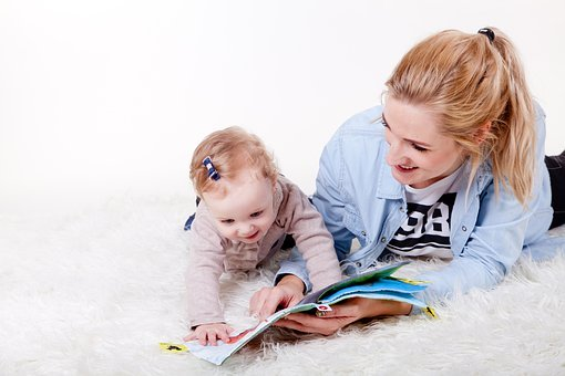lustrasi mengajari anak membaca. Foto: Pixabay