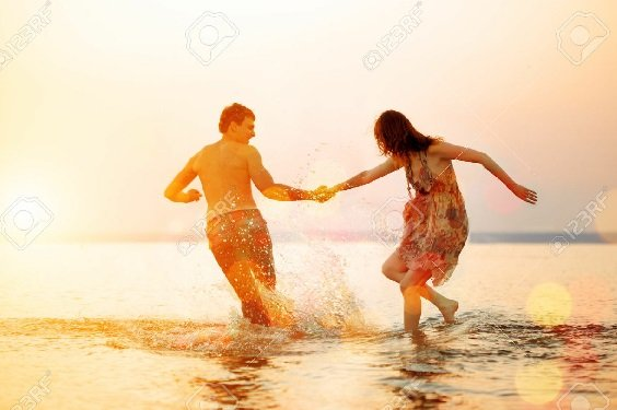 4 Tanda Ini Bukti Sahabatmu Diam-diam Cinta Kamu