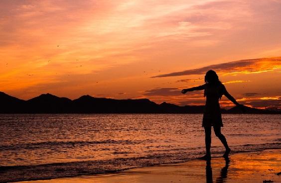 Khasiat Air Laut Ternyata Bisa Bikin Wanita Happy - GenPI.co