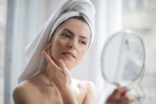 Wanita Wajib Punya 3 Skin Care Ini untuk Lenyapkan Bekas Jerawat. Foto: Pexels