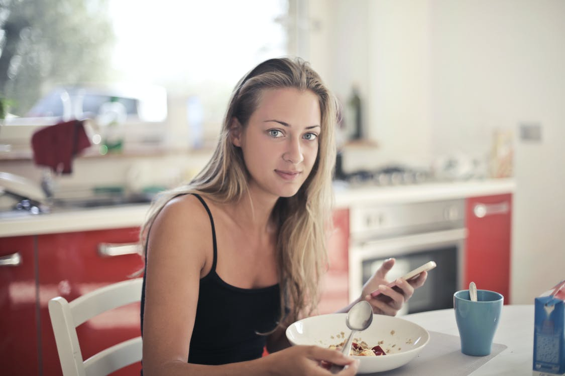Ilustrasi perempuan sedang makan. Foto: Pexels
