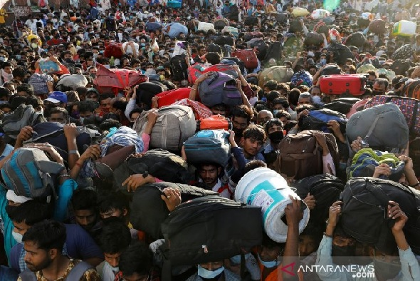 """Para pekerja migran memenuhi terminal bus di Ghaziabad, New Delhi, Sabtu (28/3/2020). Ribuan pekerja memeilih untuk pulang ke kampung halamannya setelah pemerintah India memberlakukan """"lockdown"""" selama 21 hari untuk mencegah penyebaran COVID-19. (ANTARA F"""