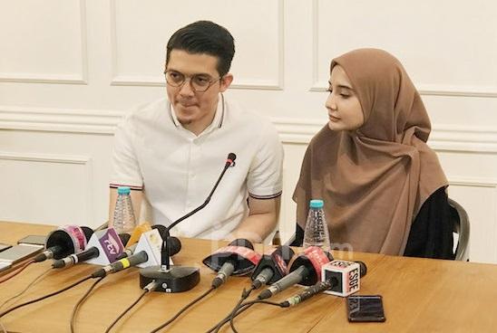 Irwansyah dan Zaskia Sungkar saat menggelar jumpa pers di Jakarta, Sabtu (19/10). (Foto: Elfany Kurniawan/JPNN.Com)