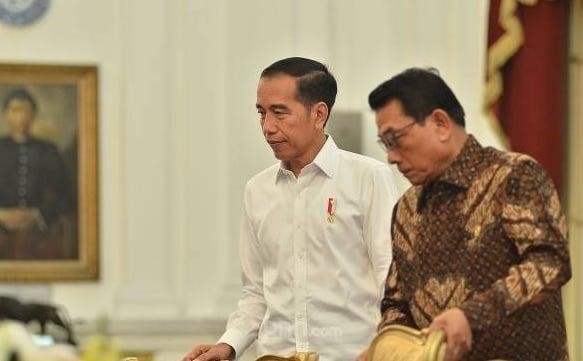 Presiden Jokowi bersama Kepala Kantor Staf Presiden Moeldoko, di Istana Merdeka, Kamis (26/9). (Foto: M Fathra Nazrul Islam/JPNN)