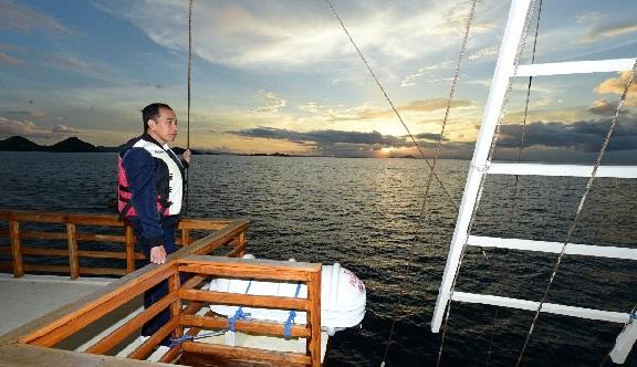 Presiden Joko Widodo menaiki langsung kapal pinisi di pantai Labuan Bajo untuk menikmati matahari tenggelam. (Doc Biro Pers Setpres)