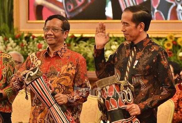 Rocky Gerung Sentil Jokowi dan Mahfud MD, Isinya Ngeri! (Foto: doc.JPNN/GenPI.co)
