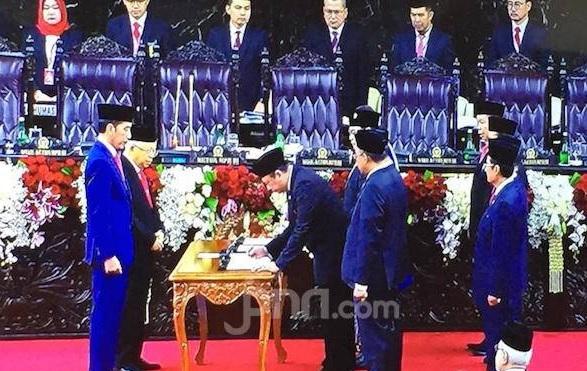 Ketua MPR Bambang Soesatyo menandatangani Berita Acara Pelantikan Presiden Jokowi dan Wakil Presiden Kiai Ma'ruf usai mengucapkan sumpah dan janji di hadapan Sidang Paripurna MPR, Minggu (20/10). (Foto: Friederich Batari/JPNN)