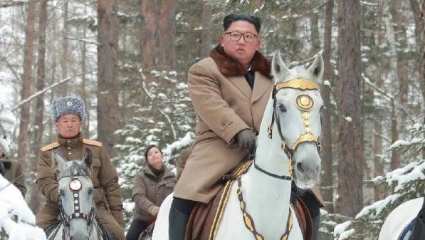 Kim Jong Un bersama rombongannya menunggang kuda dalam perjalanan ke puncak Gunung Paektu. (Foto: KCNA)