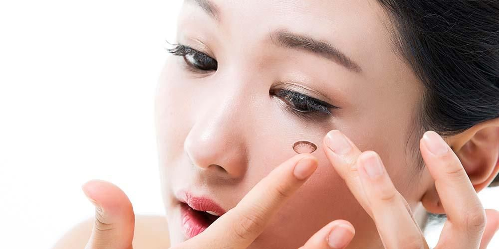 Tahapan Penting Perawatan Lensa Kontak Agar Tidak Berjamur. Foto: Sehatq