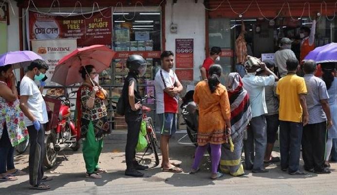 Masyarakat India memadati toko-toko swalayan dan apotek di hari pertama penerapan lockdown untuk memerangi wabah virus corona, Rabu (25/3). (Foto: Reuters)