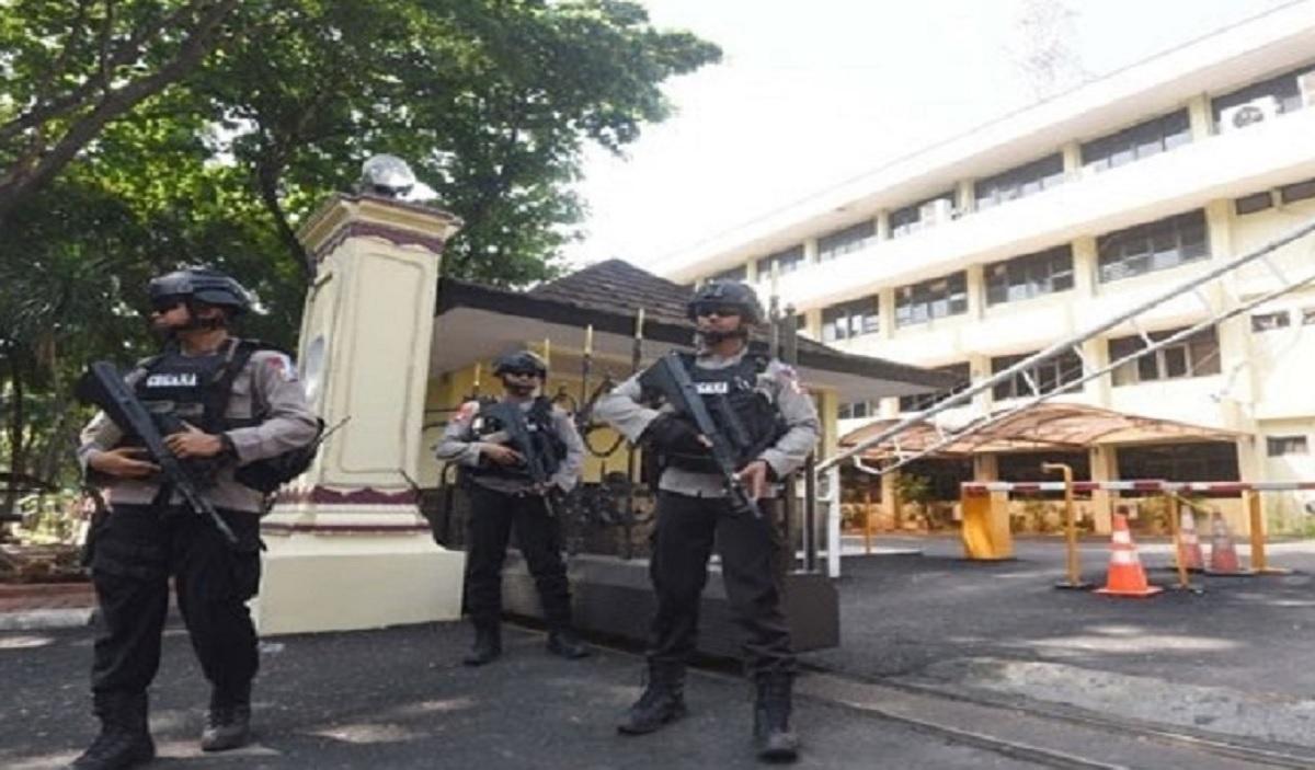 Mabes Polri Tembus, Ini Target Teroris Milenial - Polisi bersenjata lengkap berjaga di Mabes Polri (Foto: NTMC Polri)