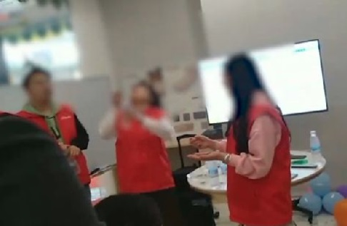 Pegawai di China Dihukum Makan Cacing Hidup, (Foto: SC Video Daily Star)