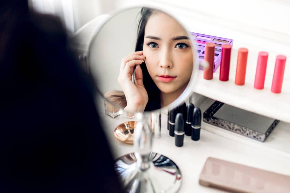 Ilustrasi pakai makeup. Foto: Shutterstock