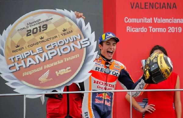 Penbalap Repsol Honda Marc Marquez melakukan selebrasi usai menjuarai Grand Prix Valencia di Sirkuit Ricardo Tormo, Minggu (17/11/2019) REUTERS/HEINO KALIS