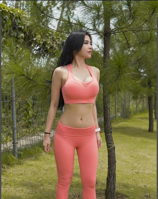 Aduhai, Maria Vania Makin Seksi dengan Sport Bra Warna Pink