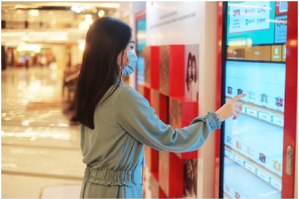 ATLAS bersama dengan Masker Untuk Indonesia menyuguhkan 2 vending machine pintar di Senayan City agar masyarakat dapat mengakses masker dengan lebih mudah. Foto: Stickearn