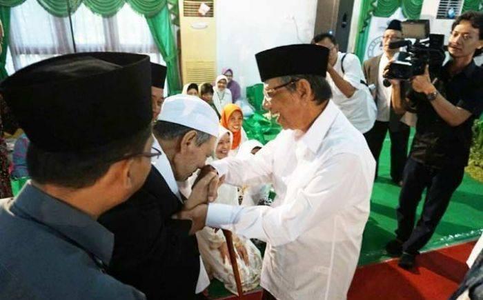 Tak Hanya ke Jokowi, Mbah Moen Cium Tangan ke 3 Tokoh Usia Muda
