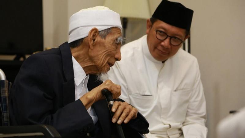 Menteri Agama Lukman Hakim Saifuddin mengajak umat Islam di Tanah Air salat gaib mendoakan Mbah Moen (foto: Kemenag)
