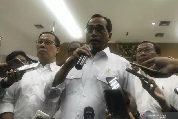 Menteri Perhubungan Budi Karya Sumadi memberikan keterangan kepada awak media usai Jumpa Pers Akhir Tahun 2019 di Jakarta, Kamis. (ANTARA/ Juwita Trisna Rahayu)
